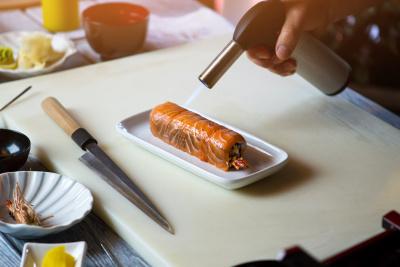 Sushi mit Lachs flambieren